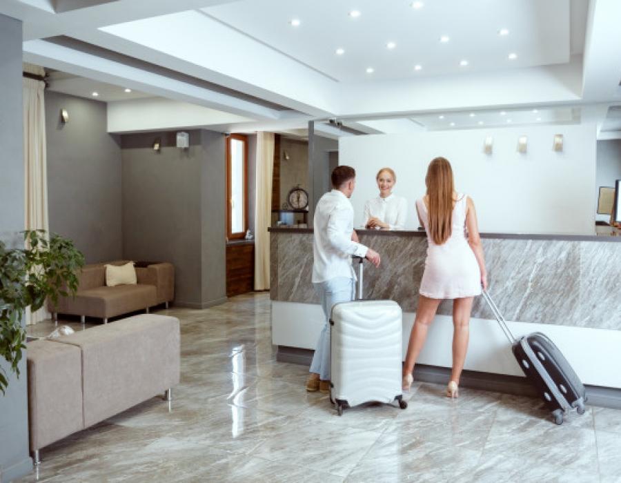 couple-pres-reception-hotel_93675-33494